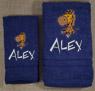 Asciugamani con nome e disegno ricamati.