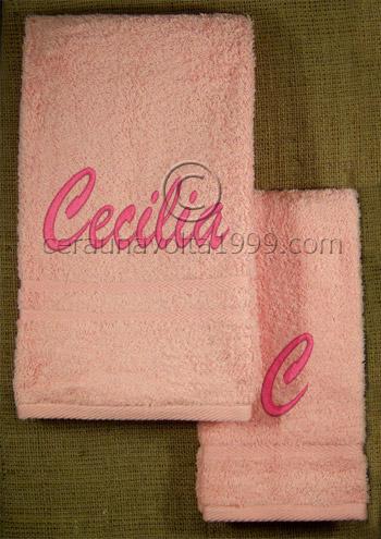 Asciugamani ricamati con nome e iniziale.
