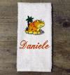 Asciugamano personalizzato con nome e disegno ricamati.