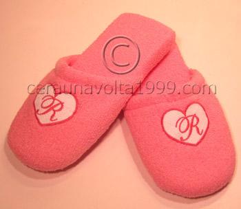Pantofole in spugna ricamate con scritta.